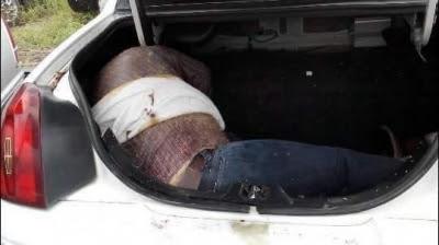 Increíble, grúa se lleva al corralón un Lincoln Town Car blanco y 10 días después descubren cadáver en la cajuela
