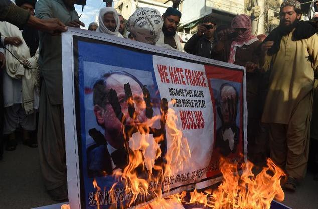 Manifestantes paquistaneses queimar um poster do presidente francês, François Hollande, durante um protesto contra a Charlie Hebdo em Quetta, em 18 de janeiro de 2015