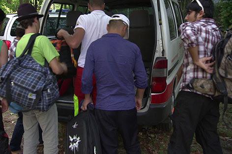 Flüchtlinge packen ihre Rucksäcke aus
