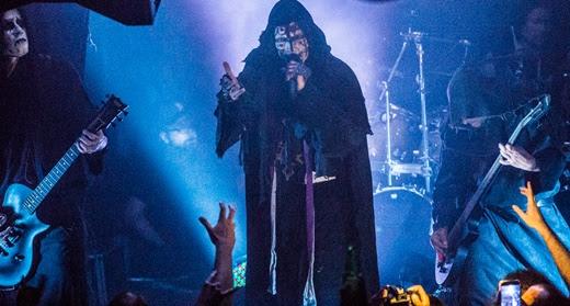 Vista do palco com o Mayhem pregando o espetáculo com a íntegra do álbum 'De Mysteriis Dom Sathanas'