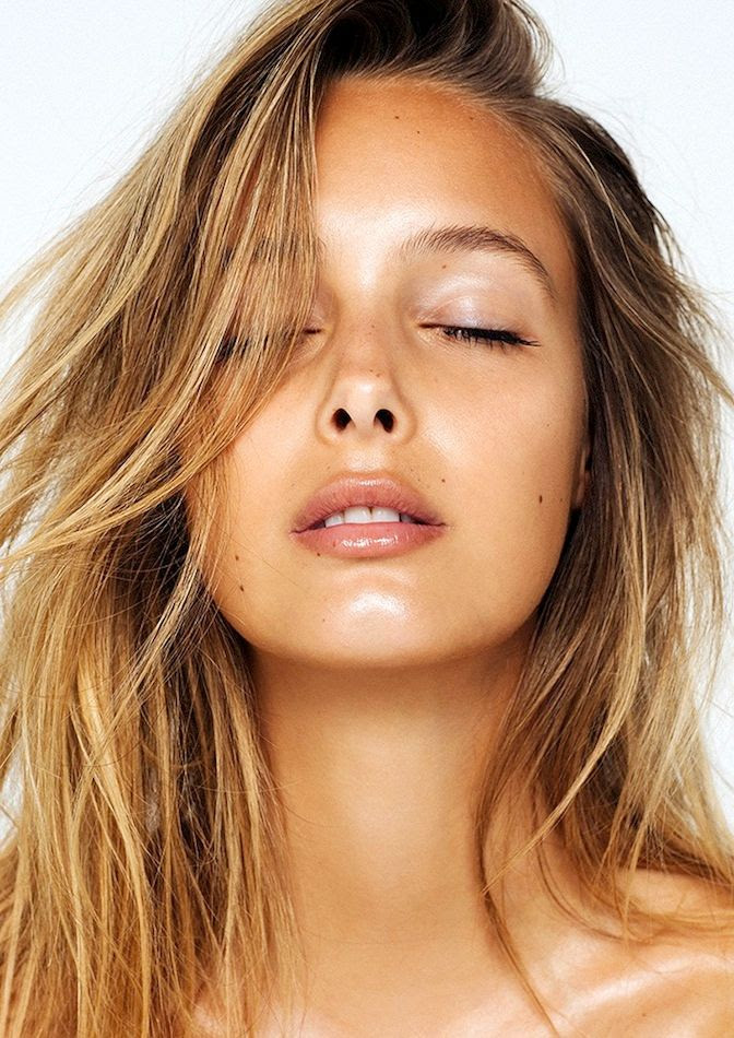 Le Fashion Blog How To Get That Summer Glow Dewy Skin Bronzer Tan Highlighter Beach Hair Lip Gloss Make Up Inspiration Viktoria Varga Via Absorb - Photographer: Eddie New