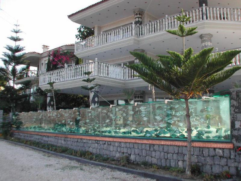 Empresário excêntrico contrói aqua-muro para cercar sua casa 09