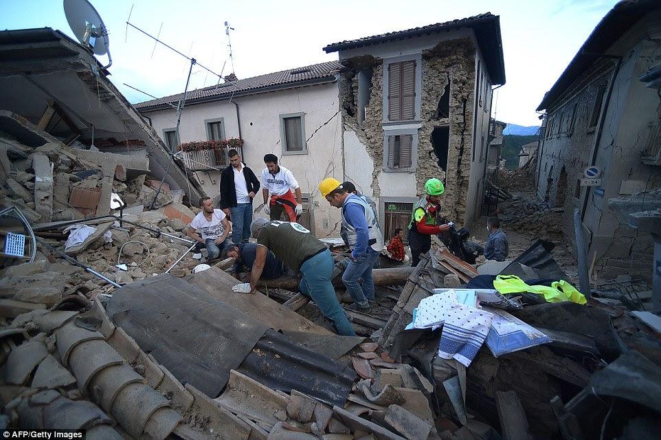 Desperate: Isto é tudo o que resta de um edifício em Amatrice, onde os serviços de emergência e voluntários afastar telhas e entulho em busca de vítimas