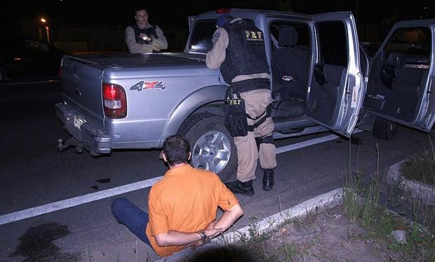 Motorista da caminhonete foi preso após quase atropelar um agente; Segundo a PRF, ele estava bêbado e armado (Foto: Divulgação/PRF)