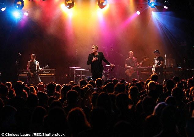 Jamming: Navarro e McGrath foram acompanhado no palco por Scott Shriner do Weezer e do Velvet Revolver Dave Kushner como eles abalou o local em prol da caridade