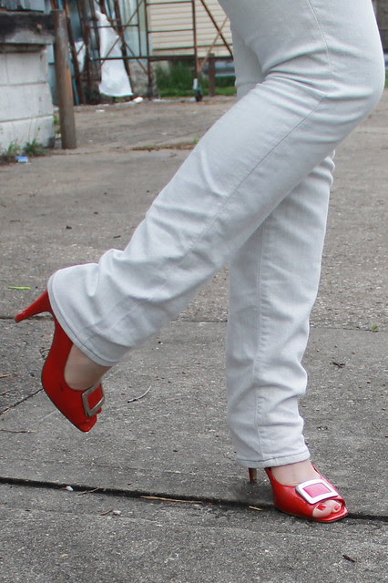 Pop of red outfit: Levi's Made and Crafted white skinny jeans, buckle shoes, Missoni for Target black and white chevron t-shirt, heather gray blazer