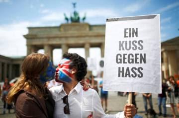 Dos personas en la Puerta de Brandemburgo.