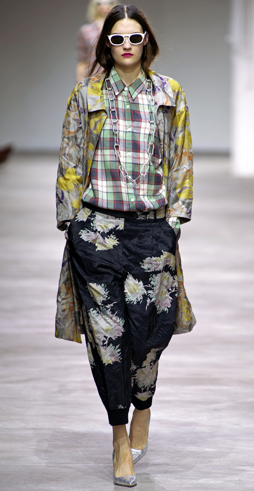 LE FASHION BLOG DRIES VAN NOTEN SPRING SUMMER SS 2013 WHITE SUNGLASSES EASY HAIR PLAID PLAID SHIRT PRINT PANTS SLOUCHY LOOSE FIT TRENCH YELLOW CHAIN NECKLACE METALLICS PUMPS RED PINK LIPS 2