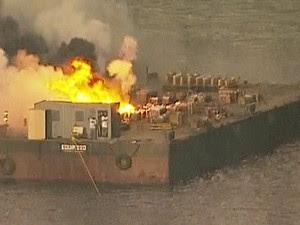 Balsa pegando fogo no Rio de Janeiro (Foto: Reprodução/TV Globo)