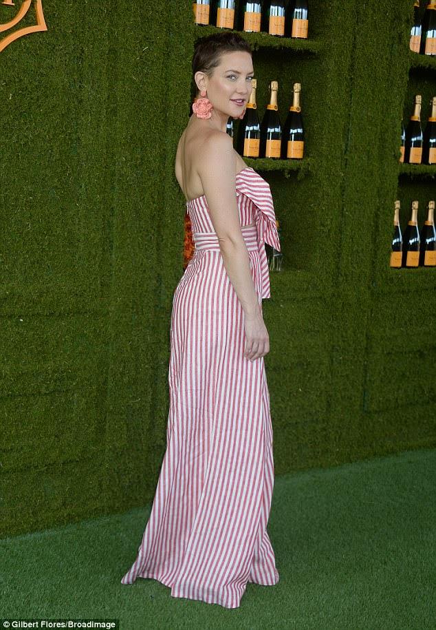 Olhando bem: a atriz impressionante emparelhou o conjunto com uma bolsa de palha e brincos florais grosso