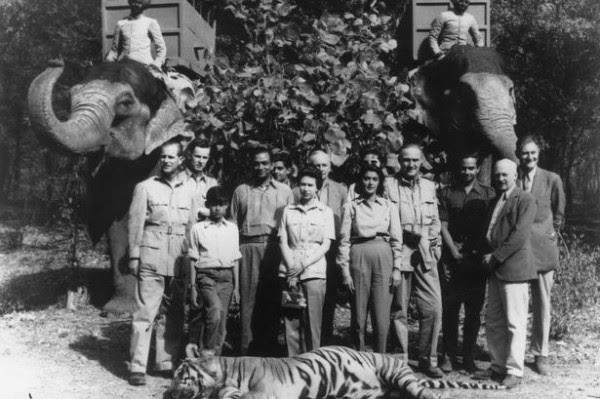 """El príncipe Felipe (izquierda) y la Reina (centro) """"conservar"""" un tigre en la India, 1961"""