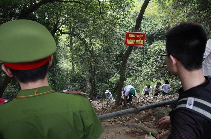 Đền Hùng, luồn rừng, leo núi, chen lấn, đền Thượng
