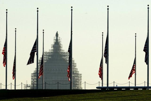 Une série de drapeaux américains ont été mis... (Photo Kevin Lamarque, Reuters)