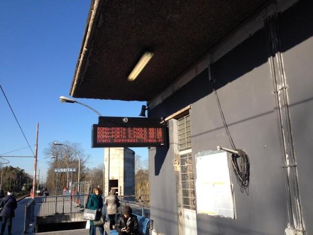 Stazione Tor di Valle: piccolo miracolo, sono comparsi i display con gli orari!