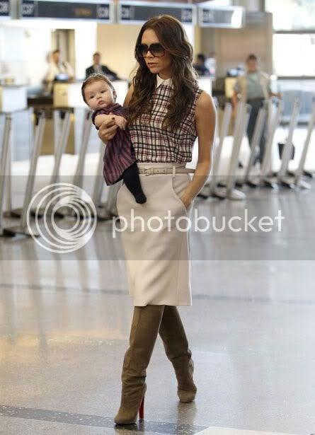 victoria beckham porta la figlia come una borsetta