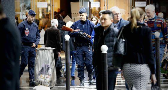 Agentes de la policía vigilan una calle tras los atentados de Paris