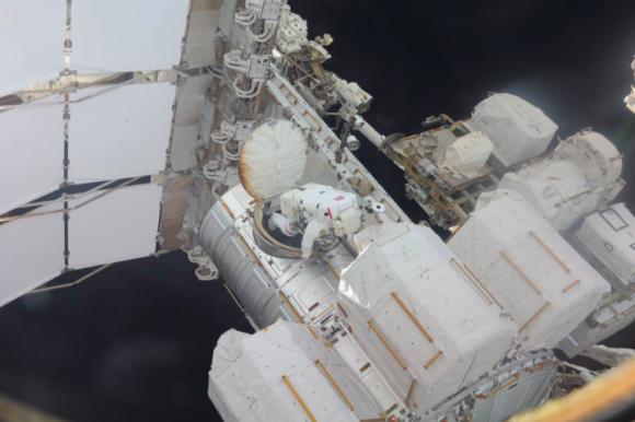 Kelly sale de la esclusa Quest durante la EVA-32 (NASA).