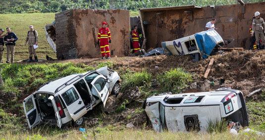 Acidente envolvendo duas ambulâncias, uma carreta e um ônibus deixa 21 mortos e vários feridos no km 343 da BR-101, em Guarapari (Foto: Jefferson Rocio/ Futura Press/ Estadão Conteúdo