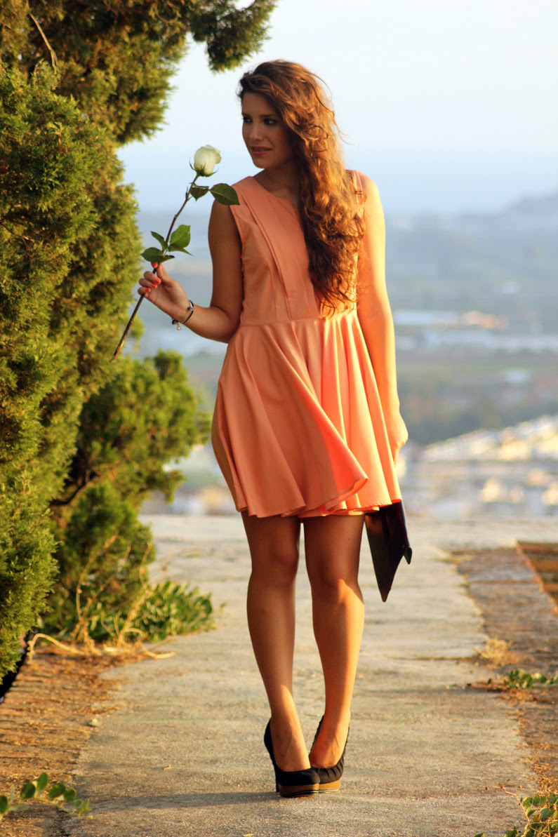 vestido-naranja-heelsandroses-con-complementos-negros-(4)