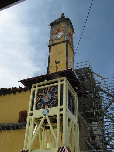 Reloj y torre de iglesia