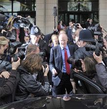 George Entwistle, asediado por la prensa. | Efe