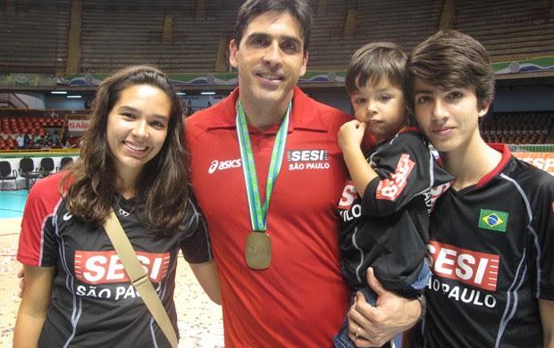Giovane com os filhos Giulia, Tiago (no colo) e Gianmarco  (Foto: Danielle Rocha / Globoesporte.com)