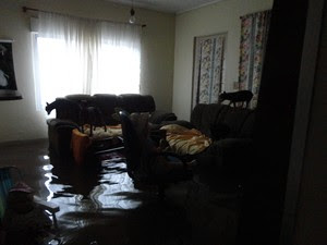 A casa da mãe da internauta Luiza Soster ficou totalmente alagada em Canoas, RS (Foto: Luiza Soster/VC no G1)