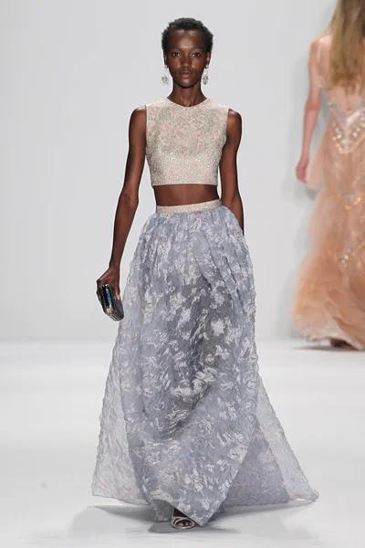 Modelo camina la pasarela en el fashion show de Badgley Mischka — Foto de Stock #57868769