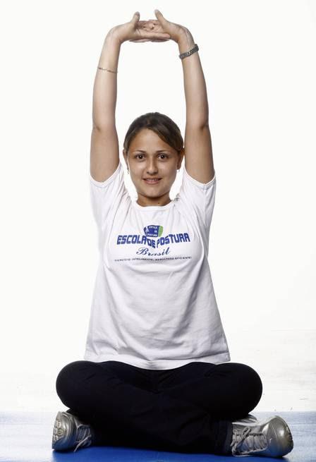 A Fisioterapeuta Sophia Alves mostra alongamentos