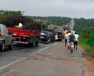 Tráfego na BR-406 ficou engarrafado por causa do acidente (Foto: Rosy Cruz/G1)