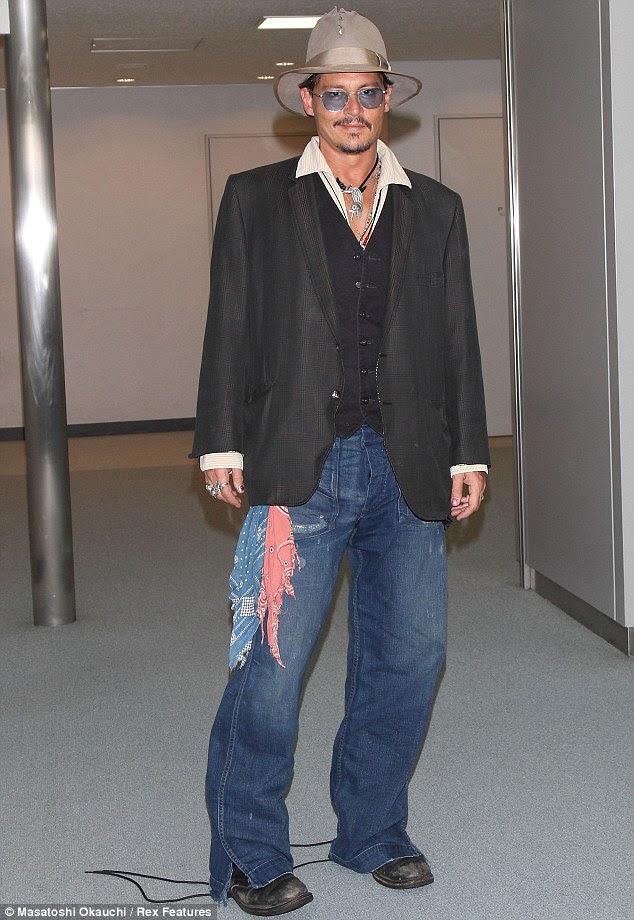 Inteligente significa casuais: Johnny estava vestida com o seu estilo de assinatura de uma fusão de tops e bottoms inteligentes casuais