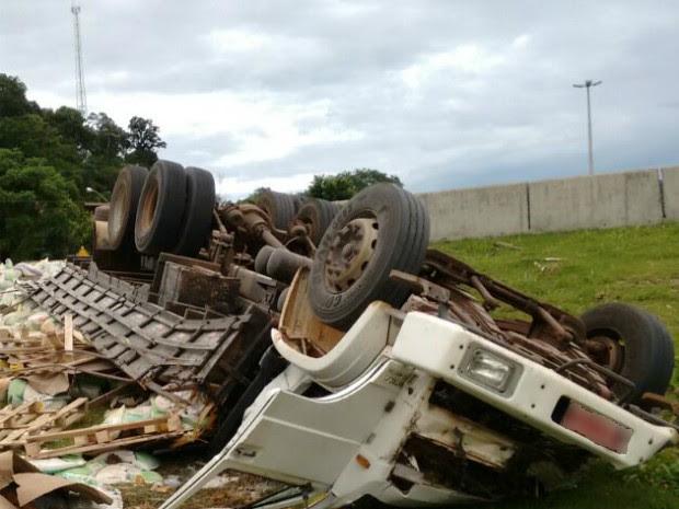 Caminhão carregado de ração tombou em Chapecó matando motorista (Foto: Isabela Fernandez/RBSTV)