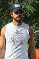 justin theroux shows off his buff biceps while food shopping 04