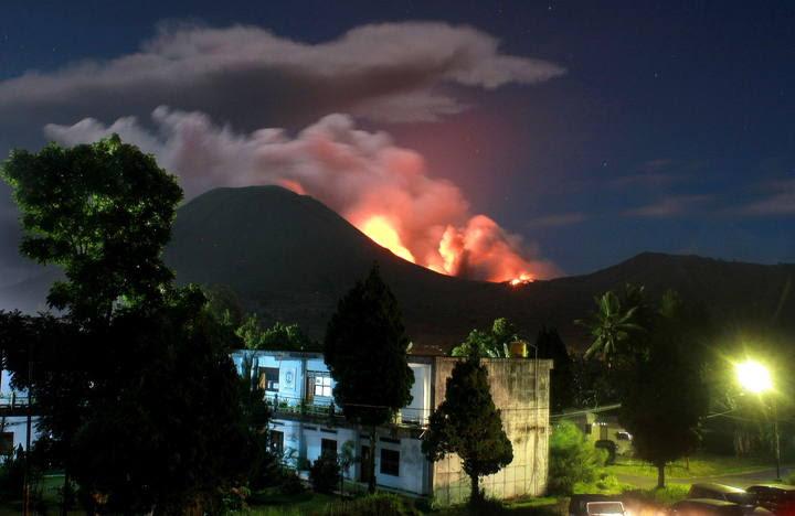volcan erupcionando en indonesia