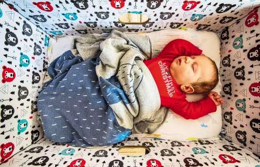 Assez grande pour recevoir le nouveau-né, la boîte était à l'origine conçue pour qu'il ne puisse pas se retourner sur le ventre, afin d'éviter les risques de mort subite.