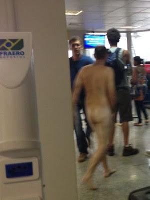 Homem tirou a roupa em aeroporto, após ter surto (Foto: Gilberto Leda/O Estado)