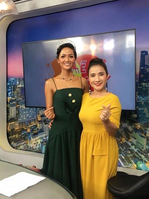 Đụng hàng với hoa hậu quốc dân HHen Niê nhưng xem ra Tú Hảo chẳng hề kém cạnh - Ảnh 3.