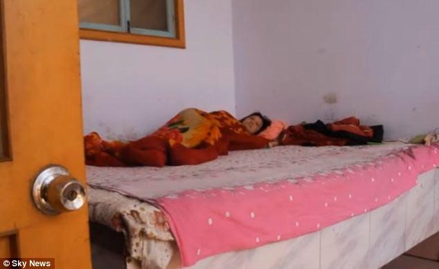 Devastata: Liu Xinwen giace nel letto che è stato forzatamente rimosso dalla scorsa settimana mentre cerca di recuperare l'esperienza traumatica