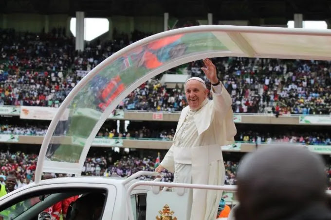 Pope Francis arrives to meet with youth at Kasarani stadium in Kenya on Nov. 27, 2015. Credit: Martha Caldarón/CNA.
