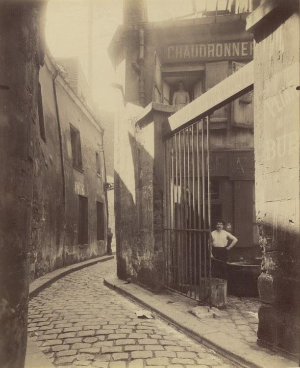 Atget Paris Entre du passage de la Runion 1 et 3 Rue du Maure 3 arrondissement 612x750 Le Paris de 1900 par Atget  photographie histoire art