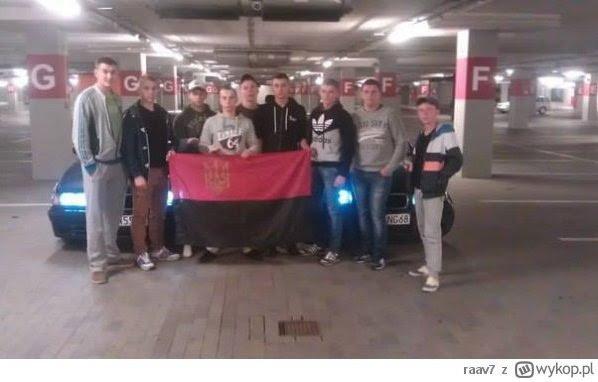 Ukraińscy studenci Państwowej Wyższej Szkoły Wschodnioeuropejskiej w Przemyślu pozują z flagą upa - w Przemyskiej Galerii Sanowej.