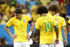 Jogadores da seleção brasileira lamentam derrota para a Holanda em Brasília. 12/07/2014. REUTERS/Ueslei Marcelino