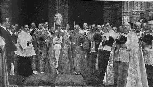 10 junio 1924. Visita de los Reyes de España e Italia a Toledo. El Cardenal Reig esperando en la puerta de la catedral a los Reyes. Foto Rodríguez
