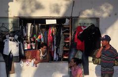 Un hombre vende rompa en una tienda ubicada en un hogar en La Habana, feb 6 2013. Cuba buscará atraer más capital con una nueva ley de inversión extranjera que reduce a la mitad el impuesto sobre las ganancias hasta un 15 por ciento y ofrece ocho años de gracia a la mayoría de los inversores, dijo el miércoles la prensa oficial. REUTERS/Enrique De La Osa