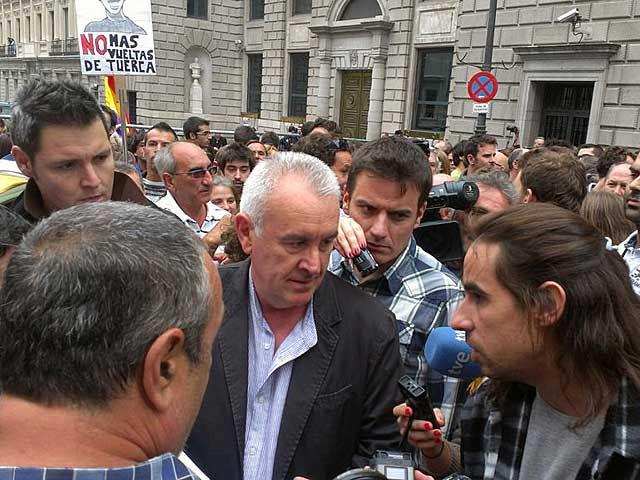 Cayo Lara conversa con los manifestantes. | @iunida