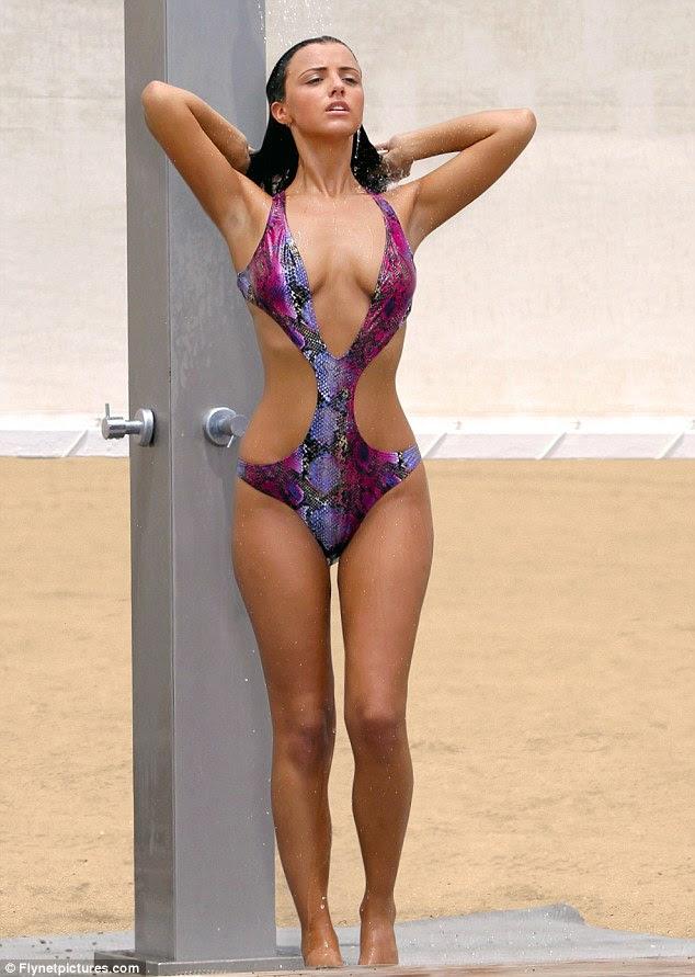Atualizando: A estrela de reality show lava a água do mar fora de suas madeixas longas seguinte ela nadar