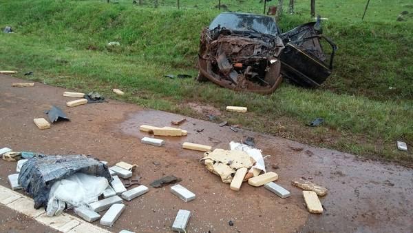 En una ruta de Misiones, una camioneta quiso escapar de la Policía y volcó: llevaba una tonelada de marihuana.