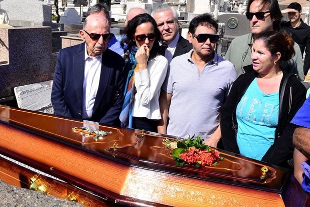 Familiares e amigos no enterro de Guilherme Karam (Foto: Roberto Teixeira / EGO)