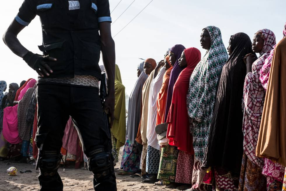 Cola para la distribución de alimentos en un campo de desplazados internos en Maiduguri, en el estado de Borno (Nigeria).
