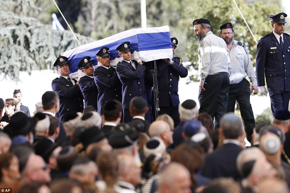 Pungentes: guardas Knesset carregar o caixão coberto pela bandeira durante o funeral do ex-presidente israelense, Shimon Peres no cemitério nacional de Monte Herzel em Jerusalém